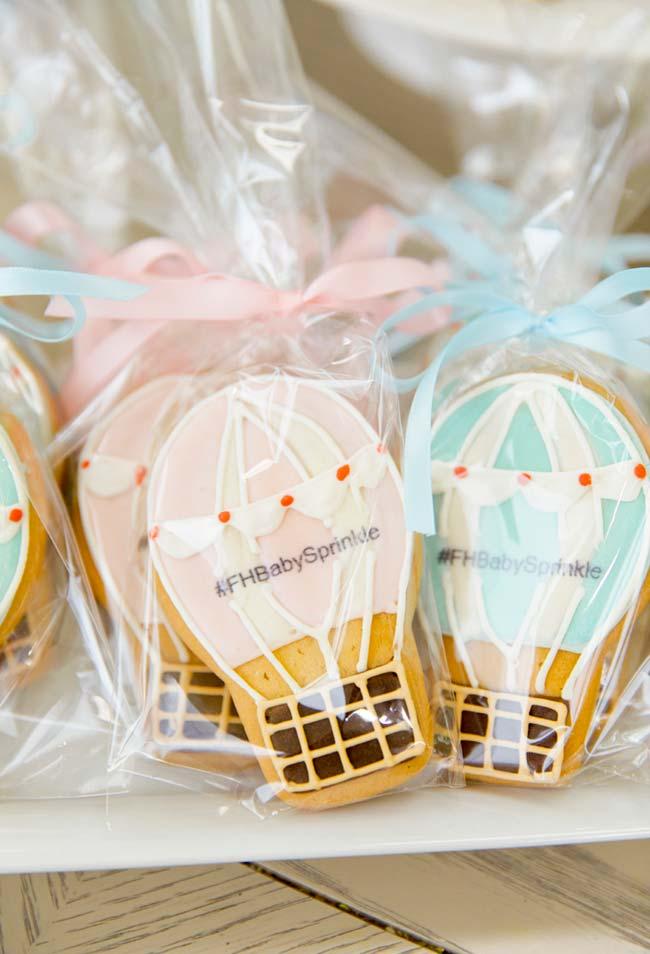 Chá de bebê simples: mais biscoitinhos amanteigados confeitados para distribuir entre os convidados: dessa vez com balõezinhos super fofos em rosa e azul