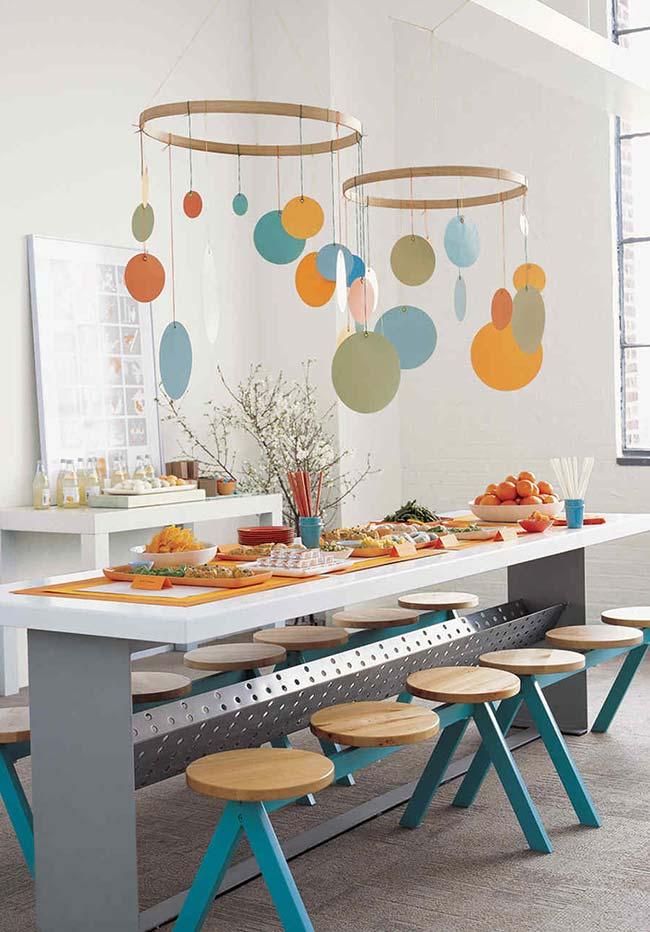 Mesa longa para os convidado: união para o seu chá de bebê simples