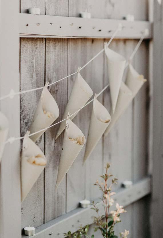 Cones de papel para decoração de chá de bebê simples