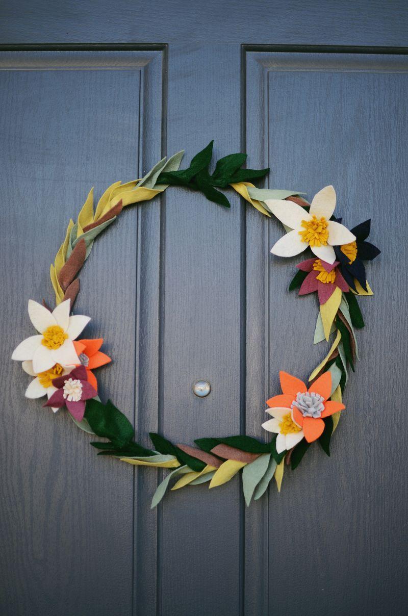 Decoração com flores: guirlanda de flores de papel para decorar a porta de entrada