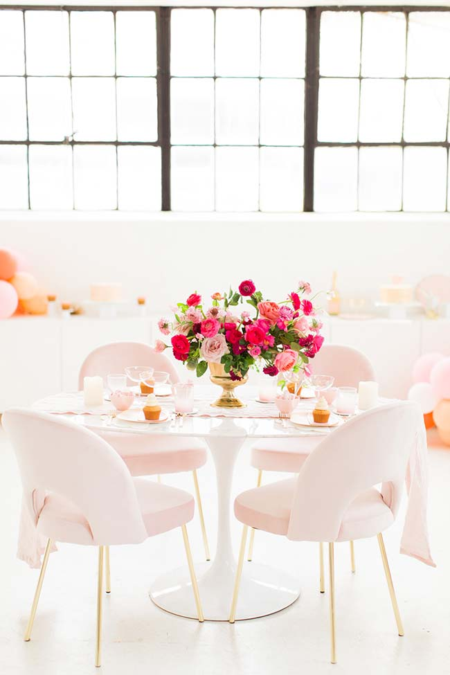 Para essa mesa de festa, a opção foi por um vaso dourado e flores diferentes em tons variados de rosa