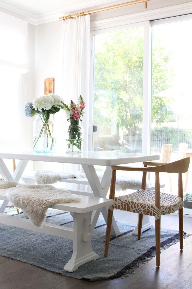 Combinação de vasos decora a sala de jantar de estilo clean e elegante.