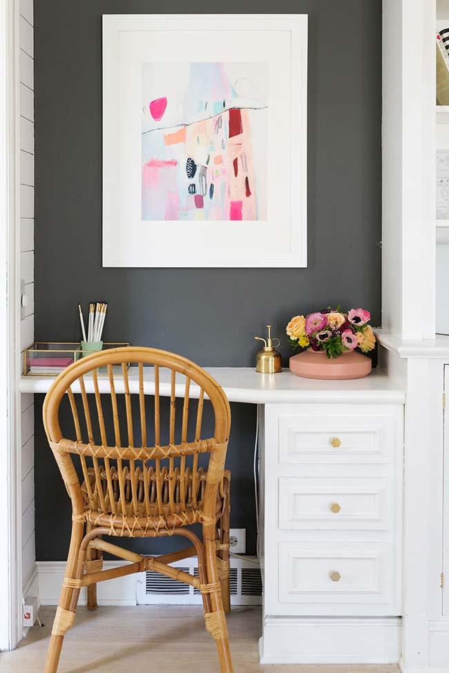 Decoração com flores: para deixar a mesa de trabalho mais atrativa, um vaso de rosas e papoulas