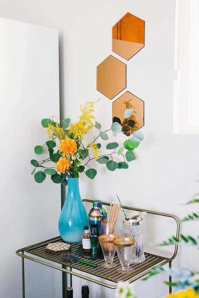 Vaso azul com flores amarelas: contraste de cores traz alegria para o cantinho da casa