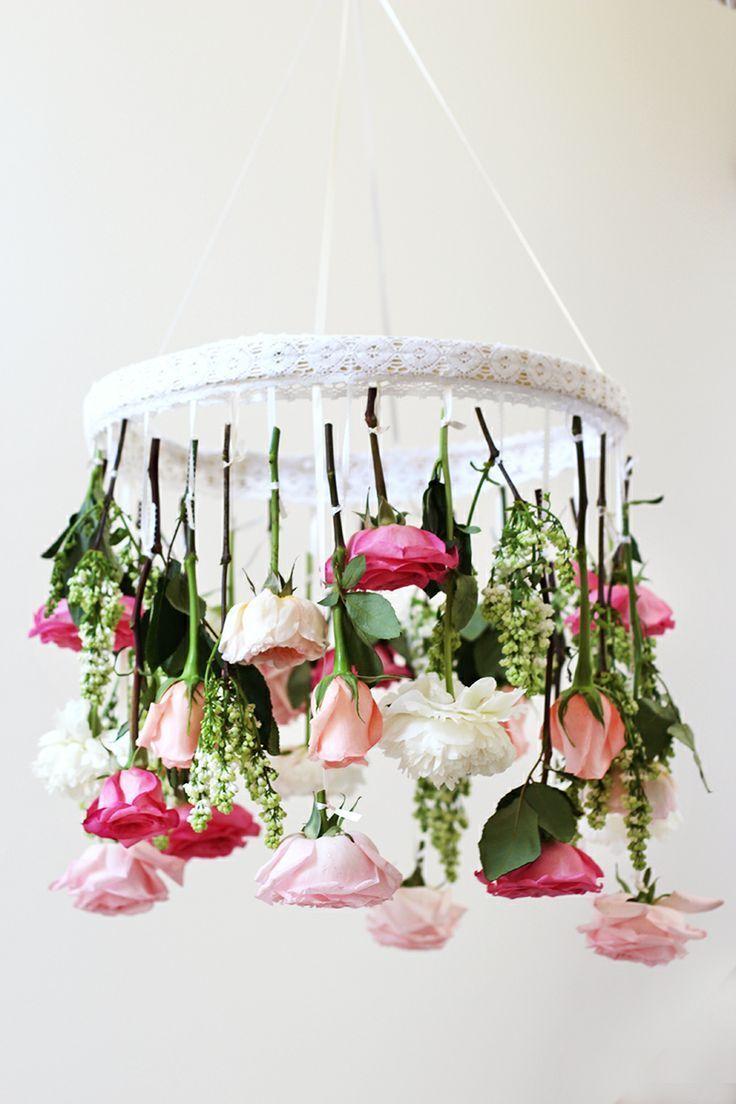 Decoração com flores: arranjo pendente de rosas, semelhante a um lustre, é uma linda opção de decoração de casamento