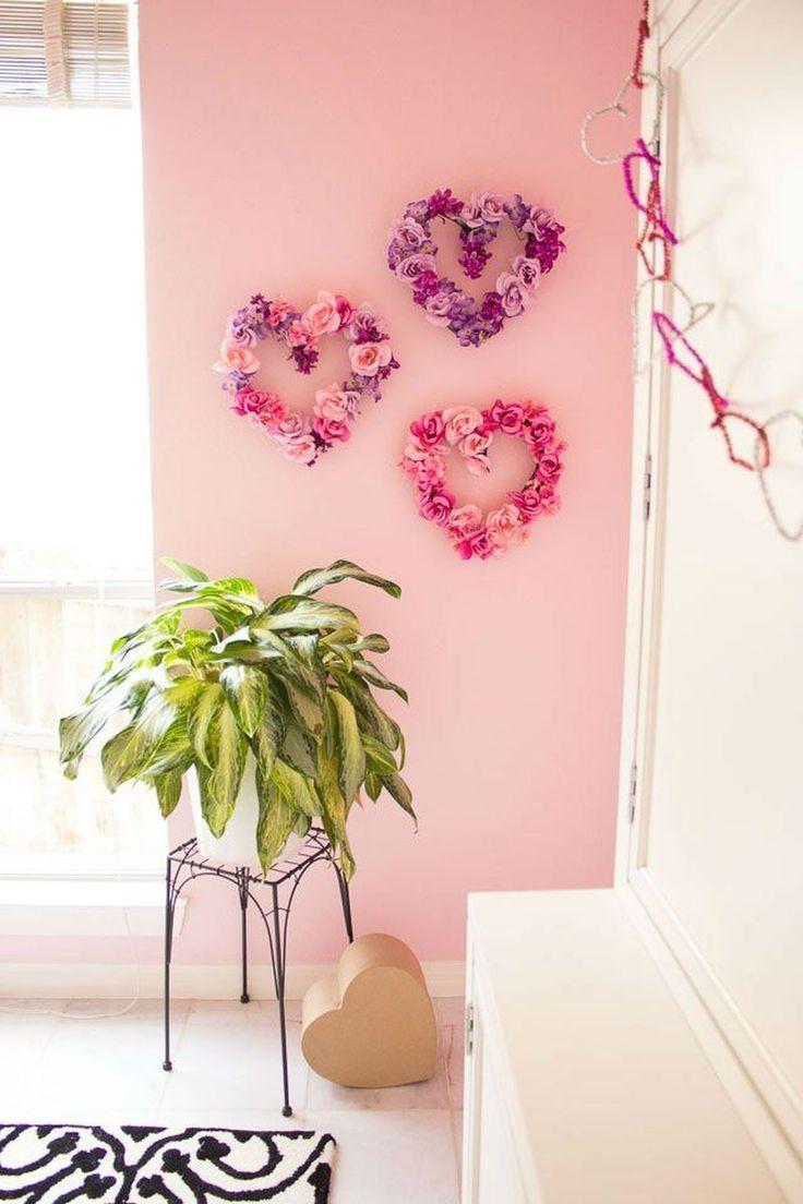 Trio de corações feito com flores decora a parede da sala de estar.