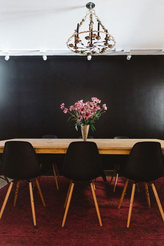 Decoração com flores na sala de jantar preta