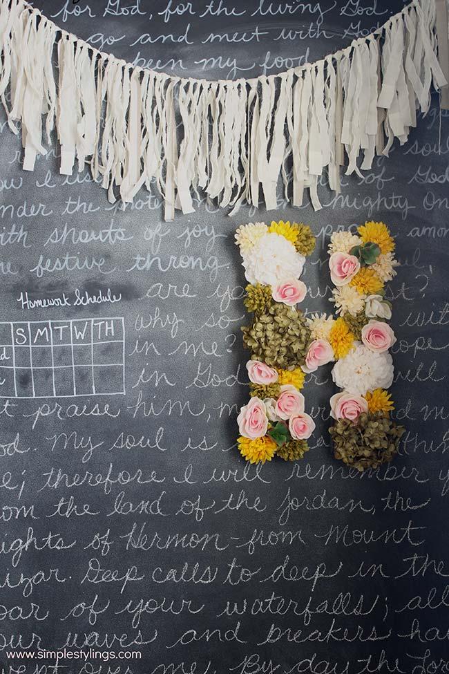 Decoração com flores no quadro negro