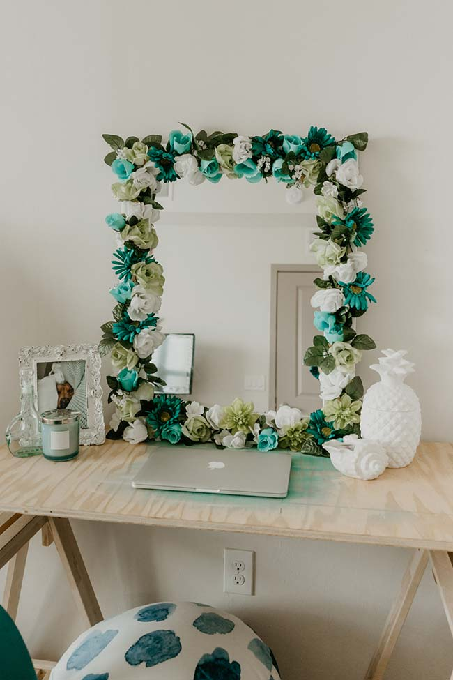 Espelho decorado com flores brancas e azuis