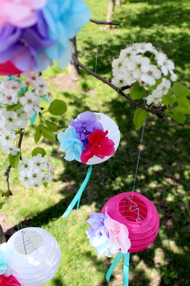Flores de tecido e lanternas chinesas decoram essa festa ao ar livre