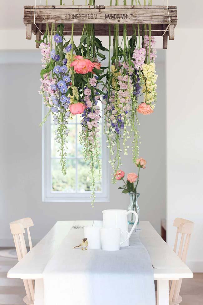 Lustre de flores! Linda ideia, não é mesmo? Você pode usar ainda flores artificias de papel, tecido ou plástico