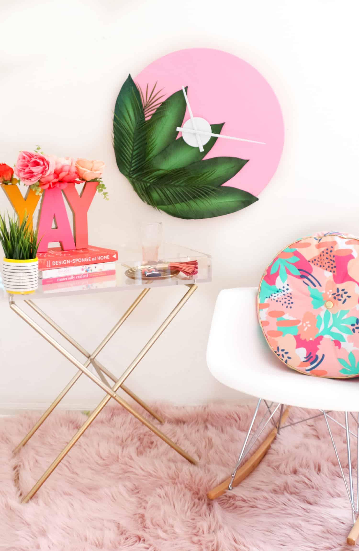 Flores na estampa da almofada e para decorar as letras sobre a mesinha