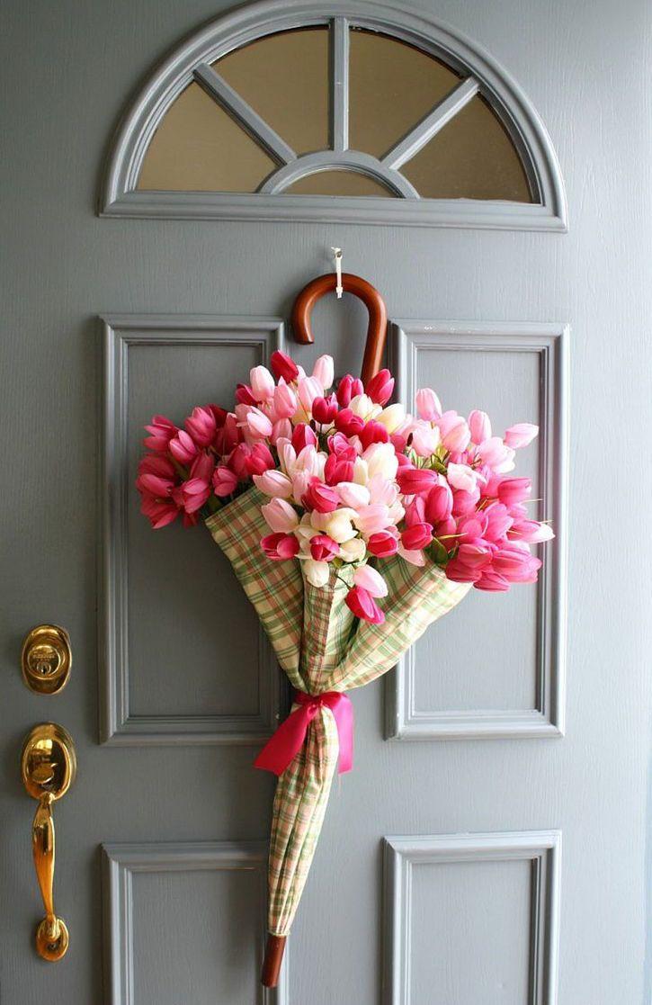 Tem um guarda chuva sobrando aí? Decore-o com tulipas e o pendure na porta de entrada