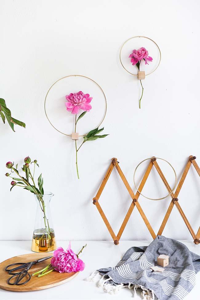 Decoração com flores emolduradas na parede