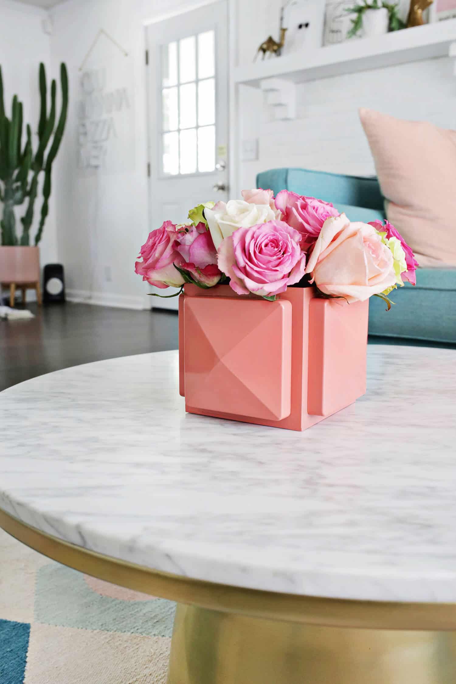 Decoração com flores: caixa de rosas decorando a mesinha de centro da sala de estar