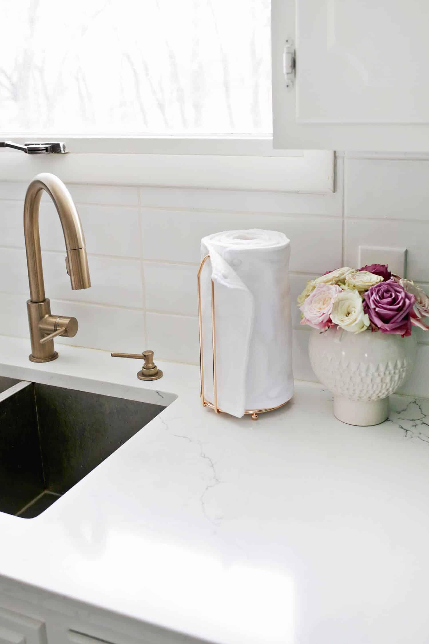 Decoração com flores: vasinho branco de cerâmica com rosas
