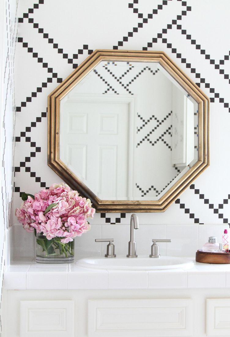 Banheiro moderno apostou em flores cor de rosa para completar a decor