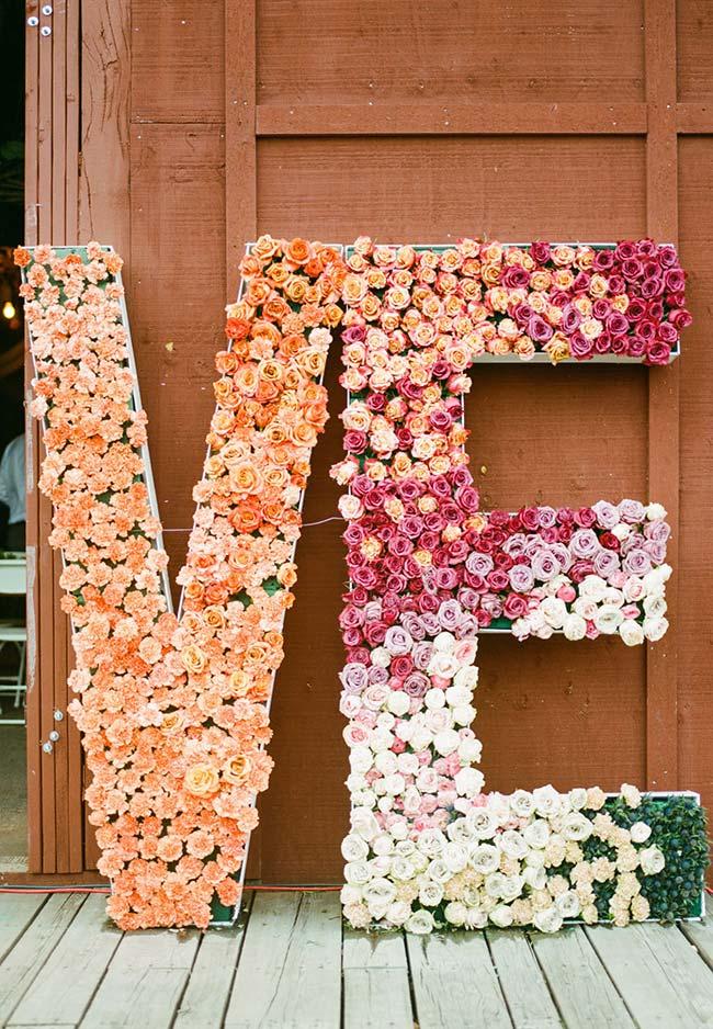 Decoração com flores: mini botões de rosas preenchem o interior do letreiro