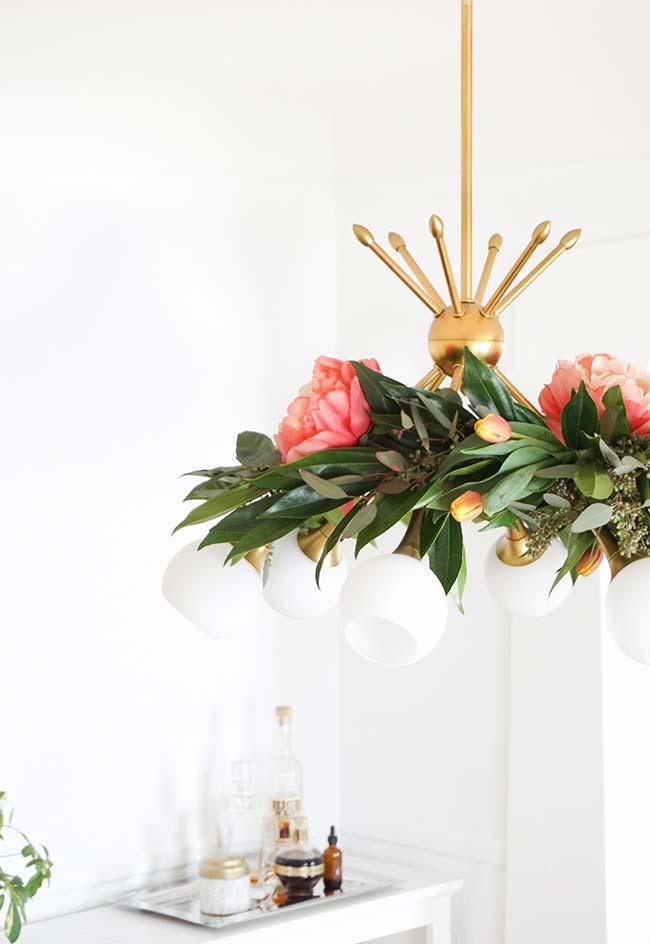 Decoração com flores: junto às lâmpadas do lustre, flores de peônia