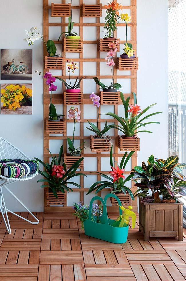 Decoração com flores: jardim vertical com bromélias e orquídeas