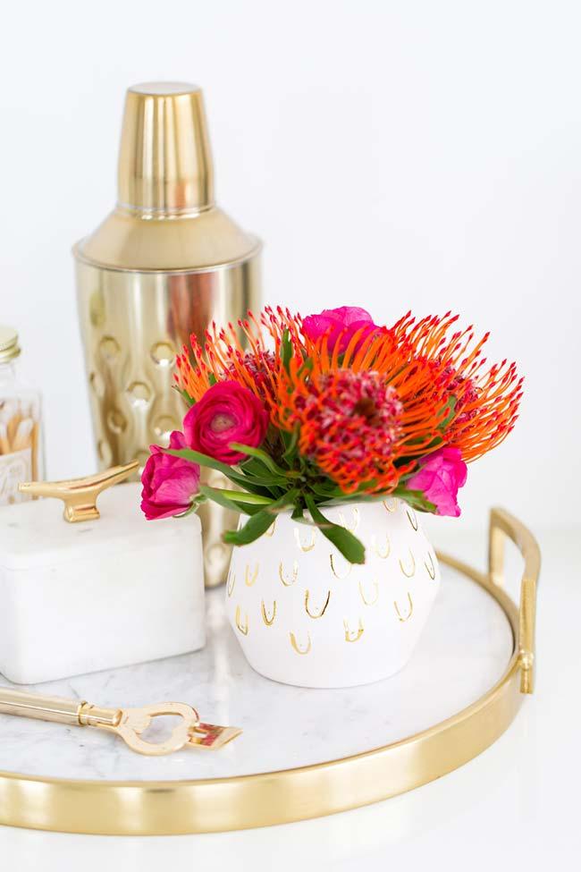 Use e abuse das cores vivas e marcantes das flores para compor a decoração com flores