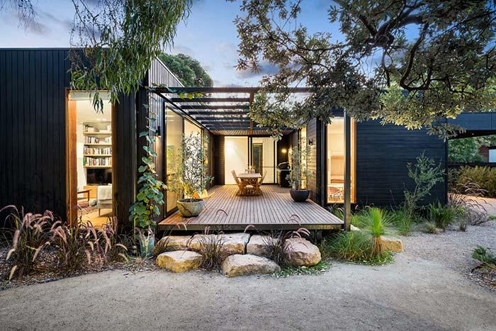 Dois containers formam essa casa pré-moldada, entre eles um telhado de vidro