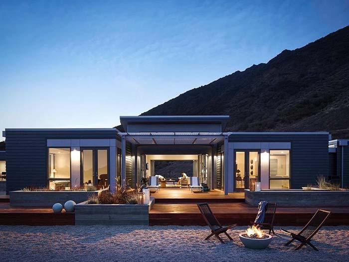 Junto às montanhas, essa casa pré-moldada de aço fica ainda mais bonita