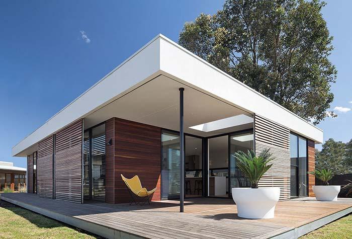 Quem disse que casa pré-moldada não pode ter telhado embutido