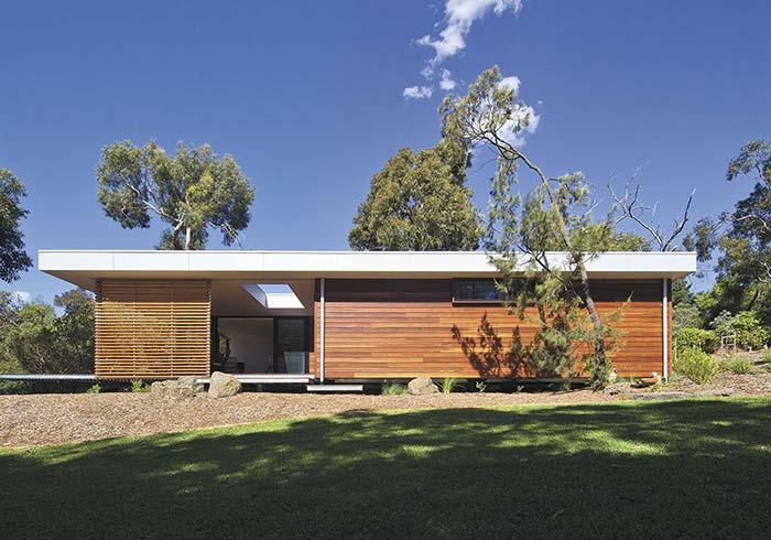 Casa pré-moldada de concreto com revestimento de madeira
