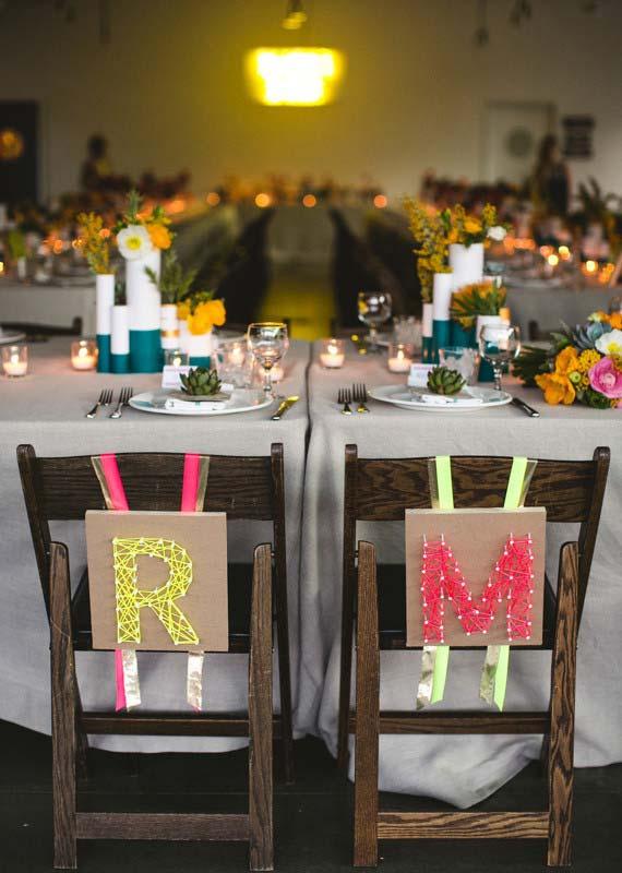 Cadeiras dos noivos marcadas com a inicial de cada um e feitos no melhor estilo DIY