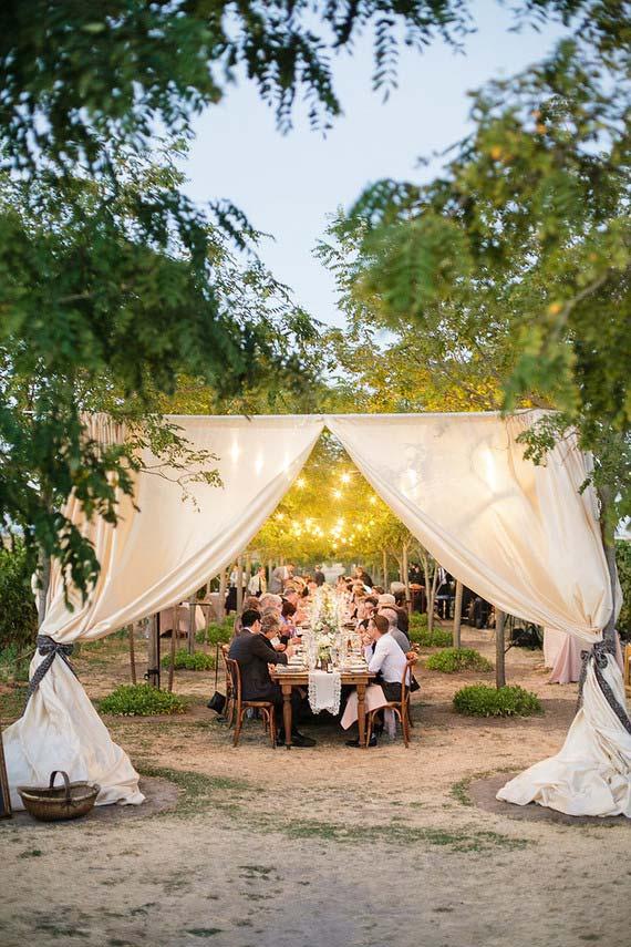 Casamento simples ao ar livre com varal de lâmpadas