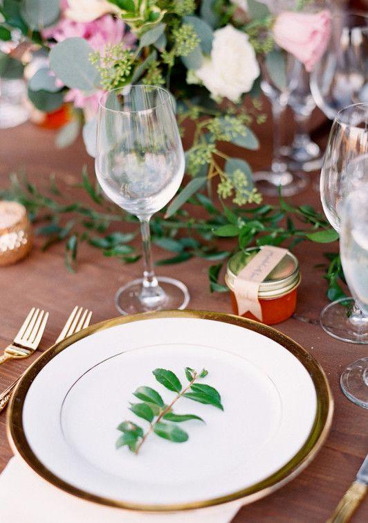 Galho verde no prato para casamento simples