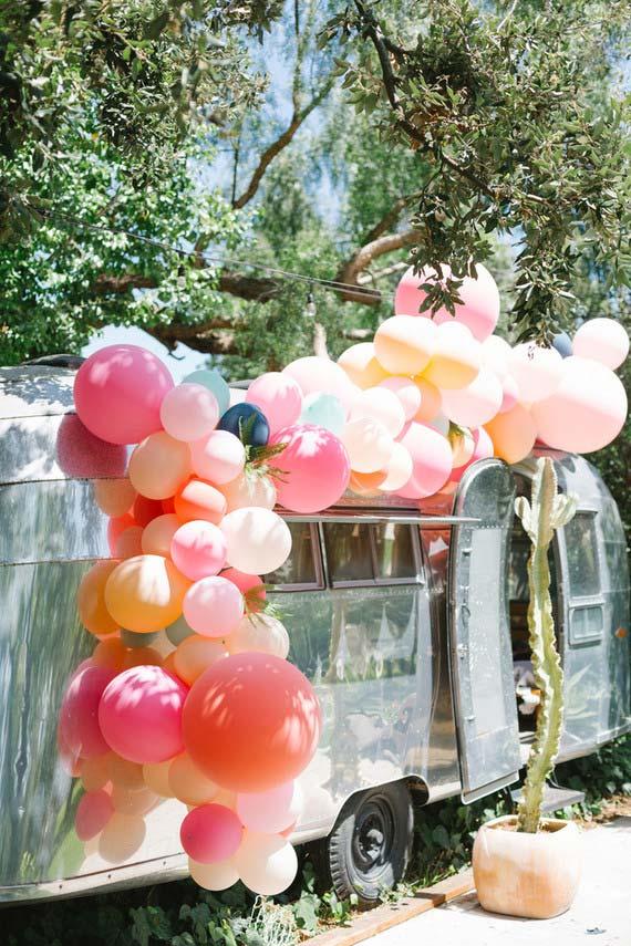 Arco de balões desconstruído decorado na Kombi