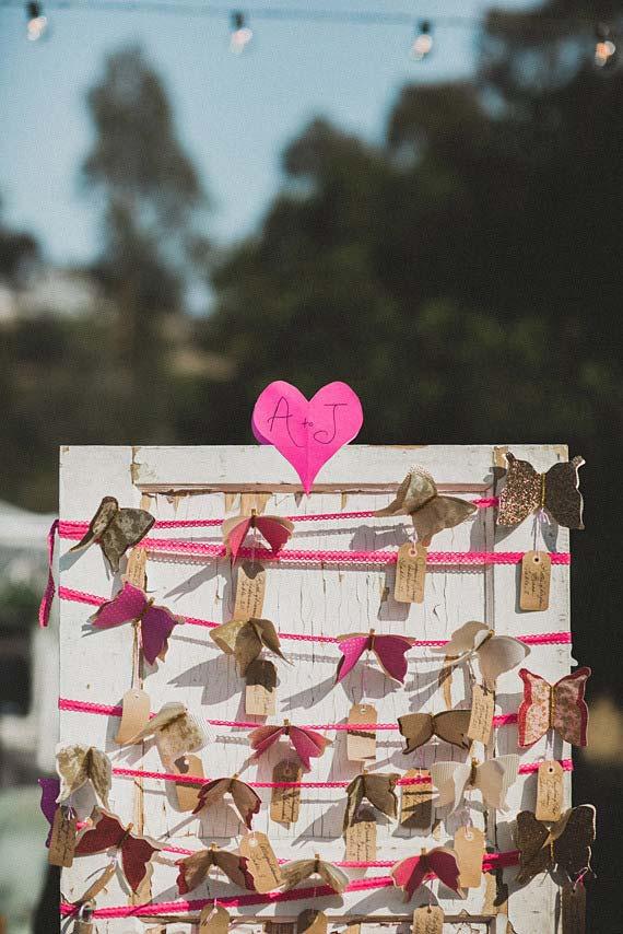 Casamento simples: coração e borboletas de papel para enfeitar as cadeiras da festa