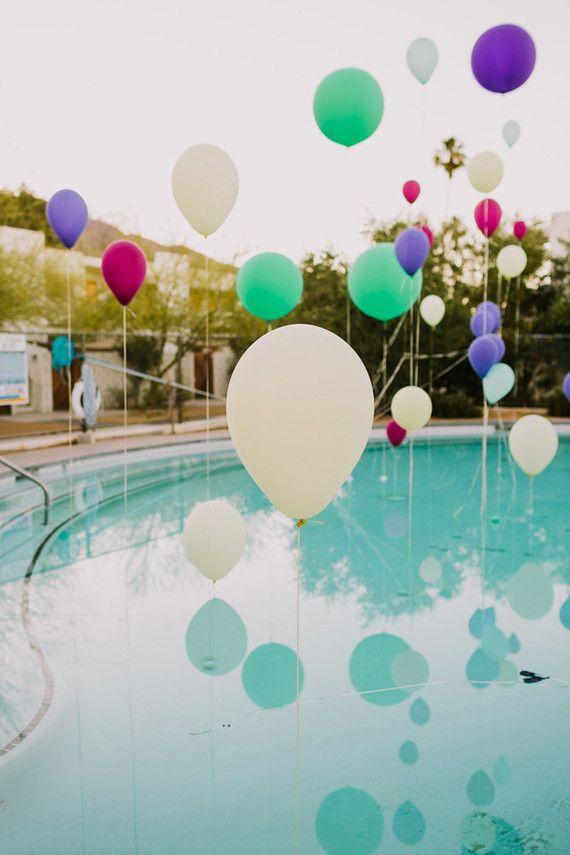 Balões suspensos na piscina