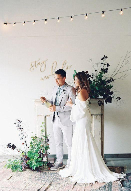Casamento com trajes no estilo simples