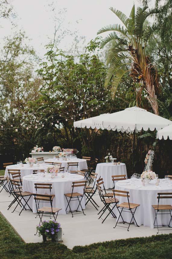 Casamento simples ao ar livre com decoração branca e clean
