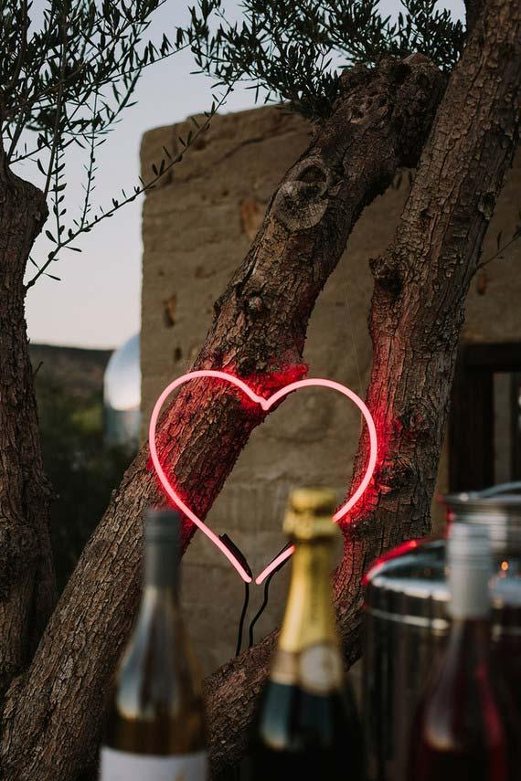 Alguns detalhes podem mudar toda a decoração da festa; esse coração iluminado, por exemplo, se destaca no espaço