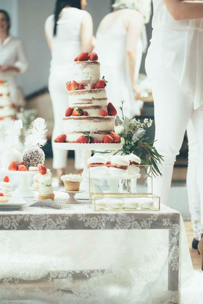 Casamento simples: bolo espatulado de morangos