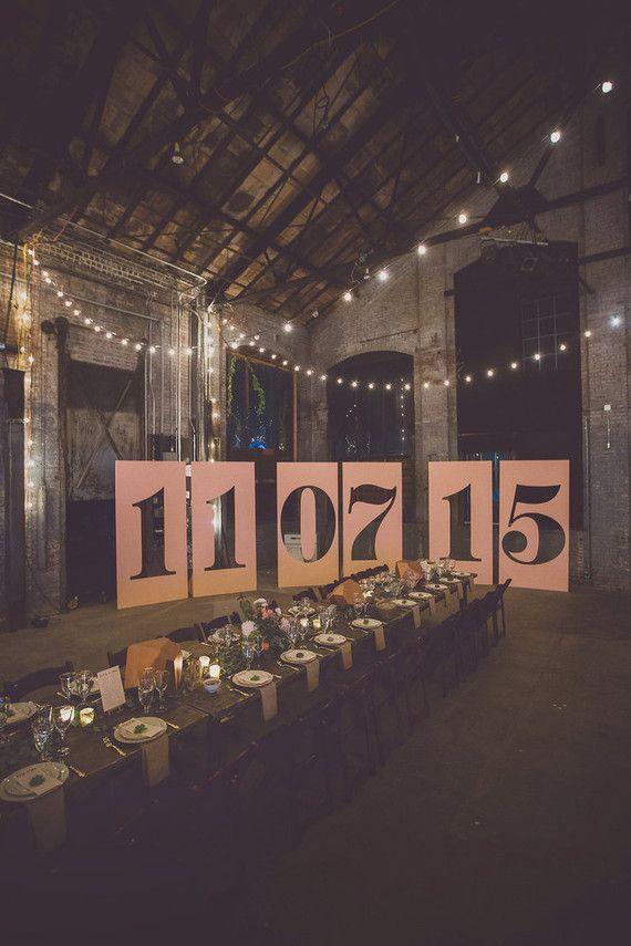 Casamento simples: painel gigante com a data do evento decora esse galpão