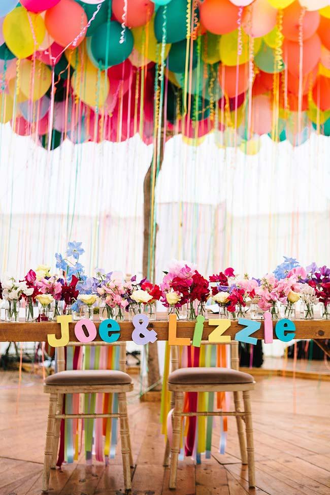 Uma festa de casamento simples muito alegre e colorida