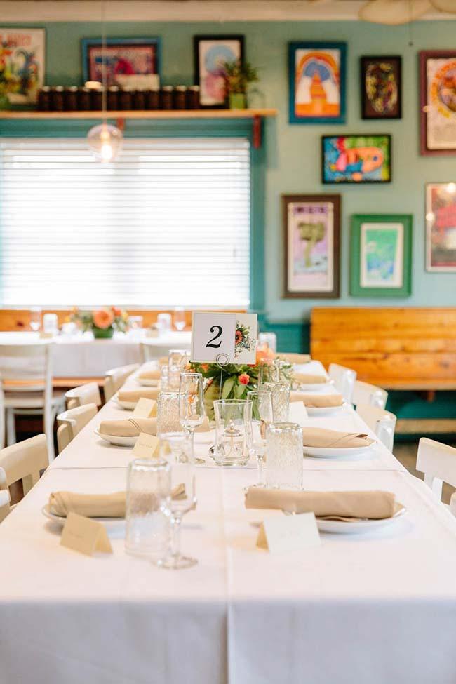 Mesa e louças simples para acompanhar o estilo do casamento