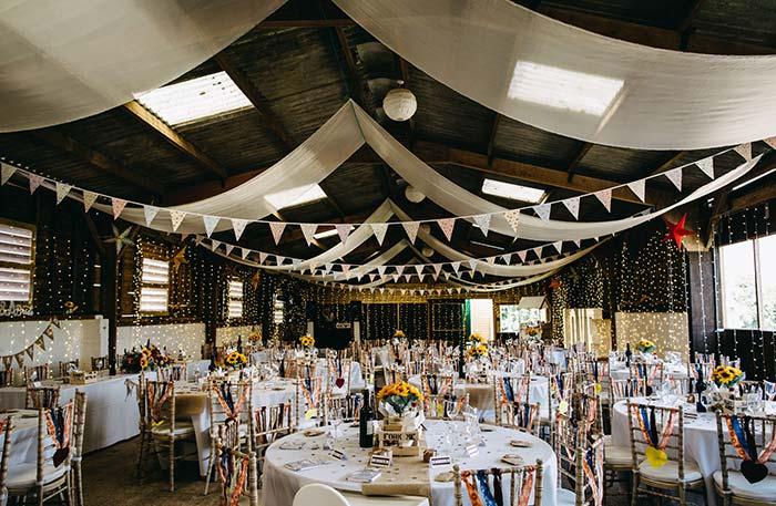 Casamento simples em preto e branco decorado
