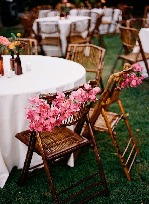 Cadeiras de vime decoradas com flores de primavera