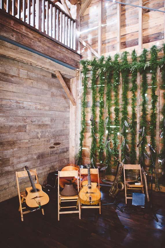 Casamento simples: cantinho especial para os músicos tocarem e animarem a festa