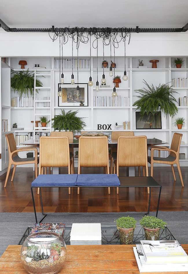 Banco alongado demarca o espaço entre a sala de estar e de jantar