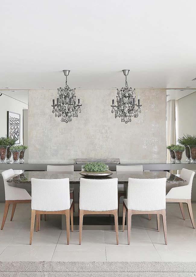 Salas de jantar: lustres pendentes de cristal deixam a sala de jantar nobre e requintada
