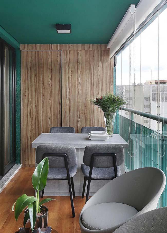Não tem espaço dentro de casa para a mesa de jantar? Considere então usar a varanda