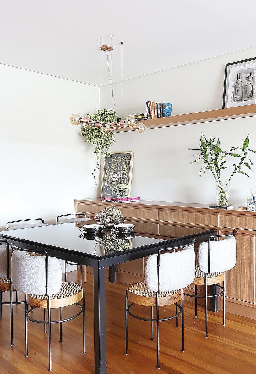 Mesa quadrada na sala de jantar