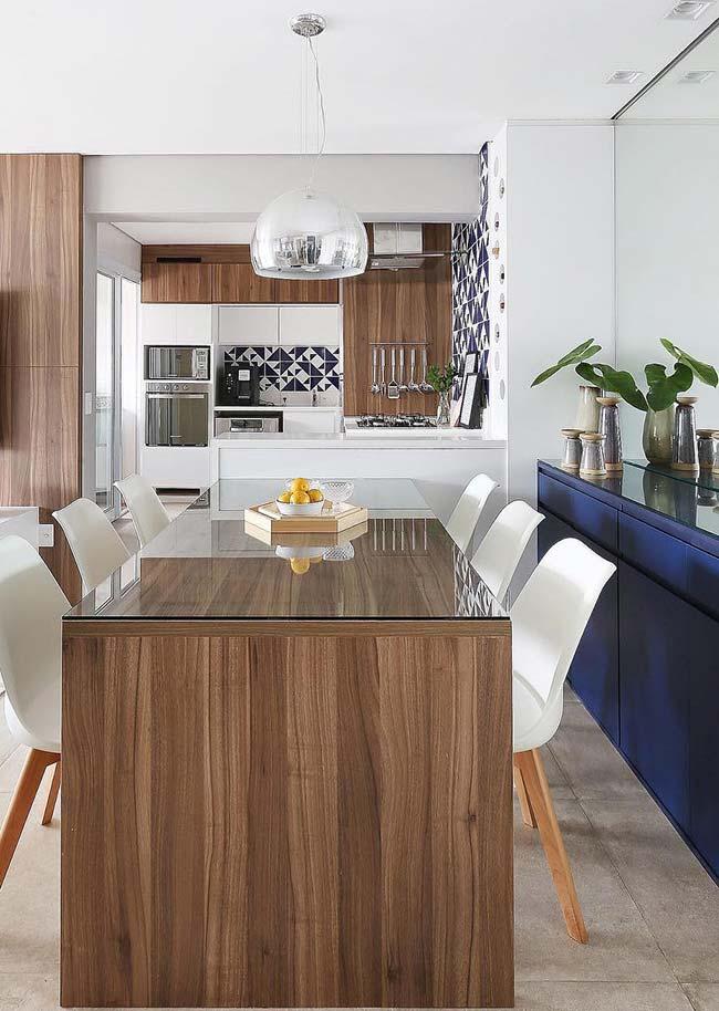 Sala de jantar integrada optou por uma mesa retangular
